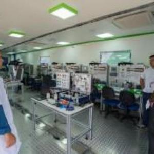 Veículo equipado com sala de aula oferece qualificação em automação industrial